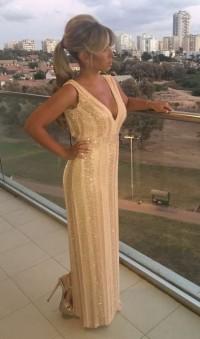 שמלת ערב בהירה עם מחשוף